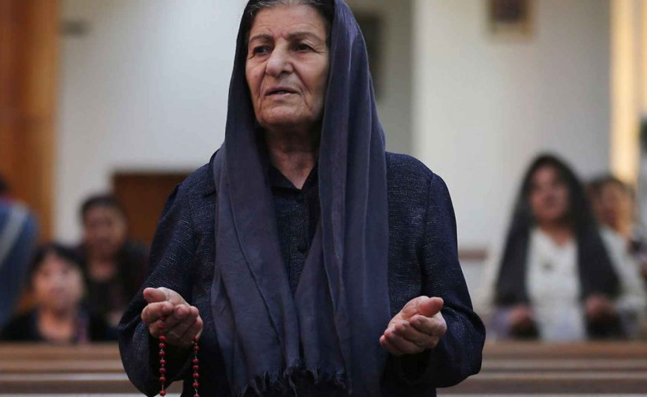 For første gang i historien udsender patriarkerne for de fire gamle kirker en opfordring til at gribe til våben for at forsvare sig. Her en kristen iraker, der er på flugt fra Islamisk Stat, der beder i en kirke i Nordirak.