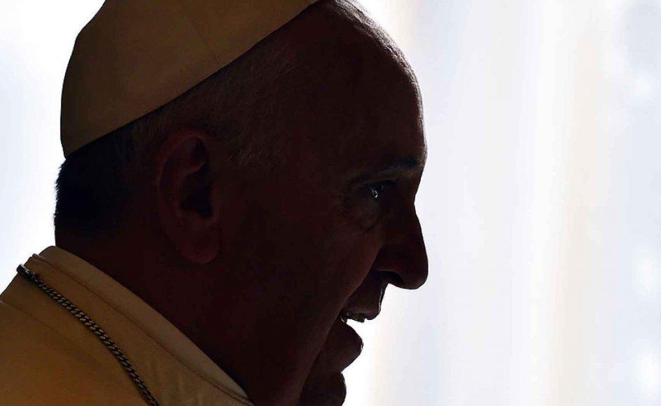 På et forestående kirkemøde vil et helt centralt spørgsmål være, om gengifte skal have mulighed for at modtage sakramenter som nadver og skriftemål. På billedet ses paven, der taler for en reformlinje.