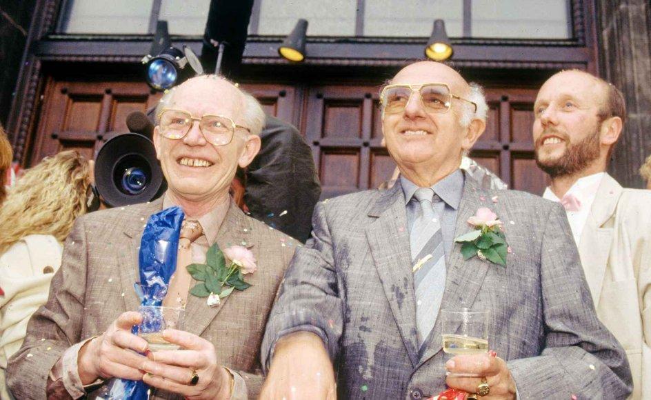 Axel og Eigil Axgil var et af de 11 par, som den 1. oktober 1989 skrev verdenshistorie, da de indgik registreret partnerskab på Københavns Rådhus. Begge er imidlertid døde, i henholdsvis 1995 og 2011, men ifølge foreningen LGBT Danmark er der tre af de 11 par, som i dag kan fejre sølvbryllup. -