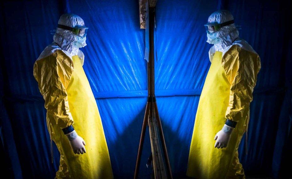 Læge Steven Hatch tjekker sit udstyr i et spejl, inden han går ind på en ebola-klinik i Liberia. Foto: Daniel Berehulak/The New York Times