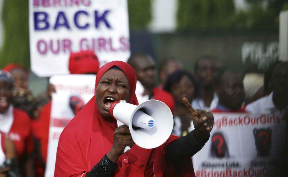 Det overvejende flertal af de flere end 200 skolepiger, der blev bortført af Boko Haram for et halvt år siden, kommer fra kristne familier. Her demonstrerer kvinder foran præsidentpaladset. Foto: scanpix