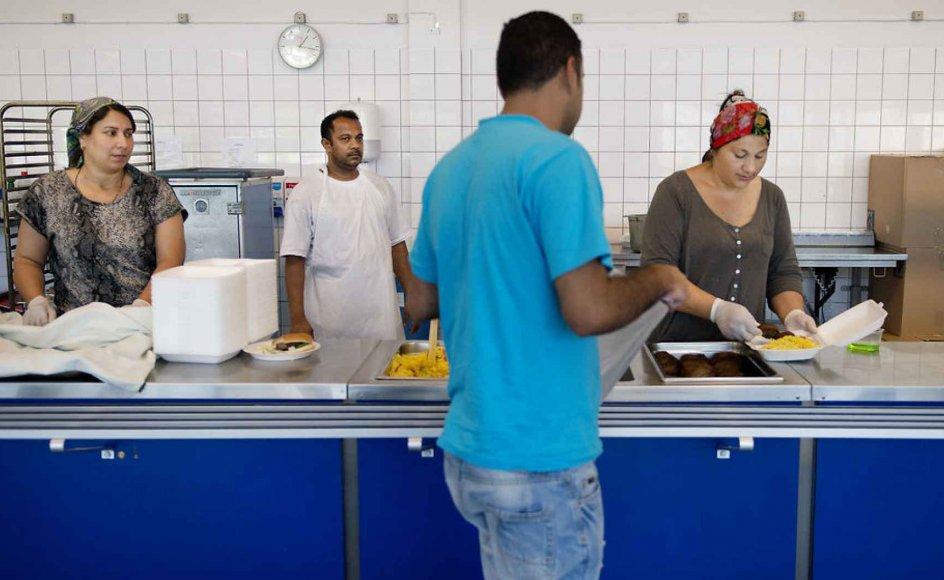 Billedet her er fra Asylcenteret Auderød. I kantinen hjælper beboerne til.