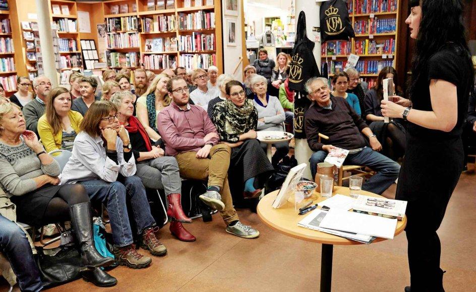 Der var fuldt hus, da forfatteren Lone Hørslev mandag aften var på besøg hos Kristian F. Møllers Boghandel i Aarhus, der jævnligt indbyder til forfatterarrangementer. -