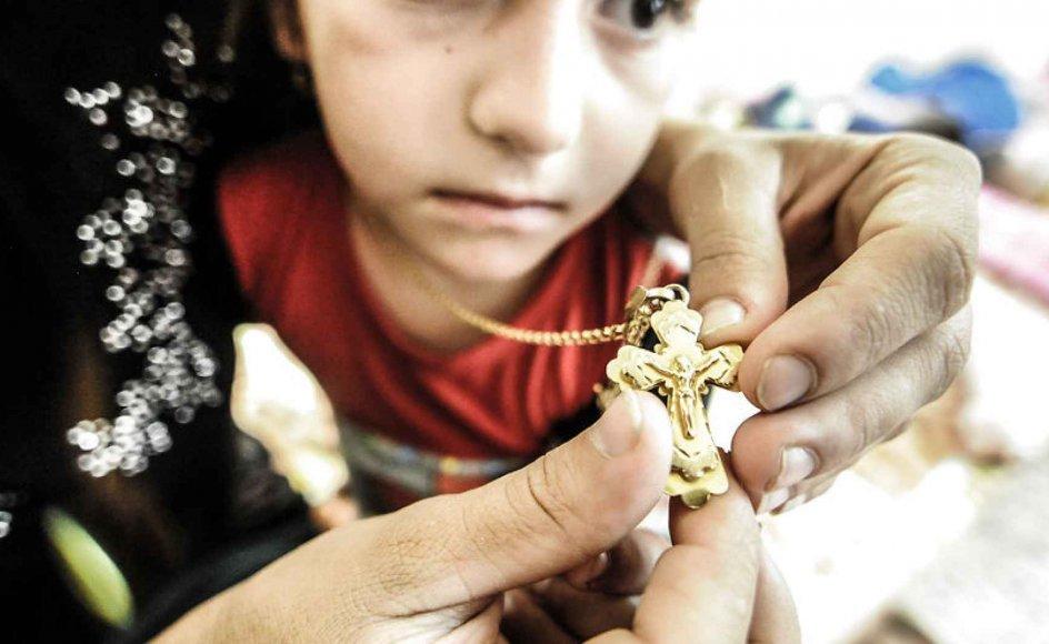 Syrisk pige hos sin mor. Islamisk Stats salg af kristne og yazidier er sat i system og følger fastlagte priser.