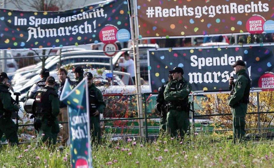 I anledning af nynazisters årlige march har beboere i den tyske by Wunsiedel hængt flag og bannere op, som opfordrer nynazisterne til at gå lidt længere - da de, for hvert skridt de tager, er med til at donere penge til kampen mod nynazismen. Foto: AFP