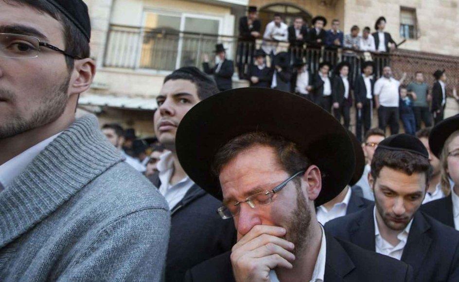 Ultra-ortodokse jøder sørger efter angrebet ved synagogen.