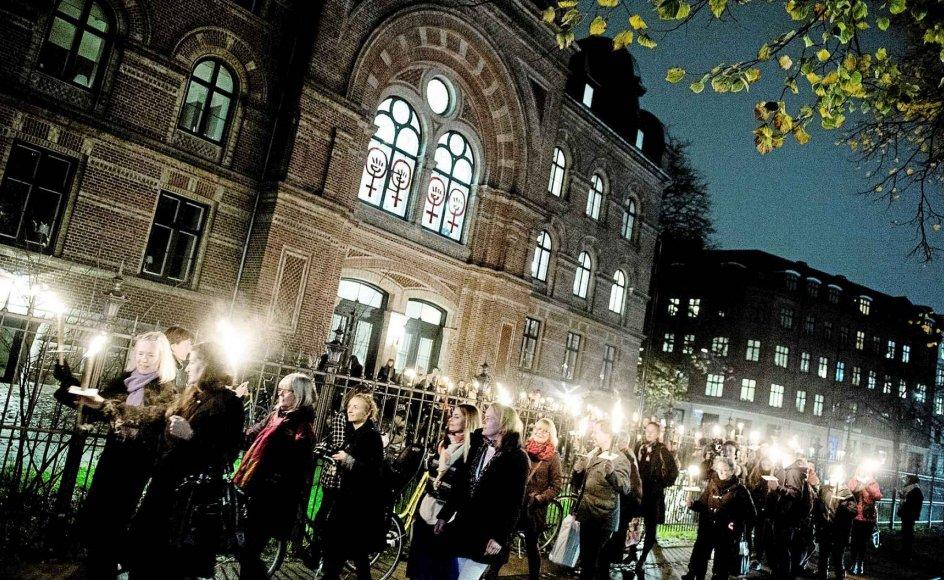 Dannerhuset i København arrangerede i efteråret en lysmarkering for at mindes de otte kvinder, der i løbet af foråret og sommeren 2014 blev dræbt. En ny ph.d.-afhandling problematiserer begrebet æresvold. Afhandlingen fastslår, at der er mange lighedspunkter mellem den vold, der udøves mod danske kvinder, og den vold, som kvinder i indvandrermiljøer udsættes for. -