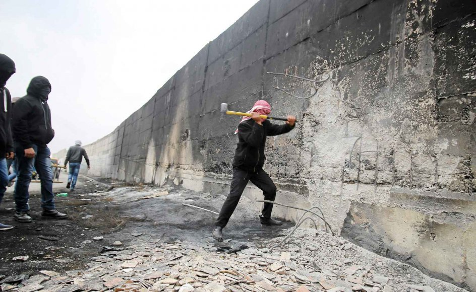 Palæstinensere prøver tidligere på året at slå hul på muren i Abu Dis øst for Jerusalem. -