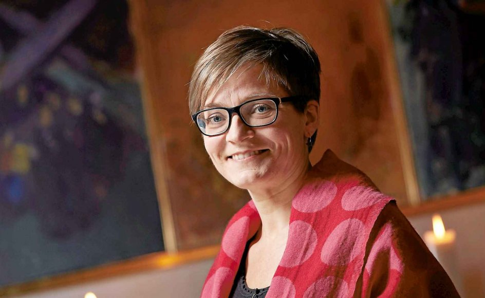 47-årige Birgitte Graakjær Hjort advarer mod at gøre sig afhængig af andre menneskers anerkendelse. Derved kan vi miste modet til at være os selv. Her er hun fotograferet i Skt. Markus Kirke, hvor Pastoralseminariet i Aarhus har adresse. -
