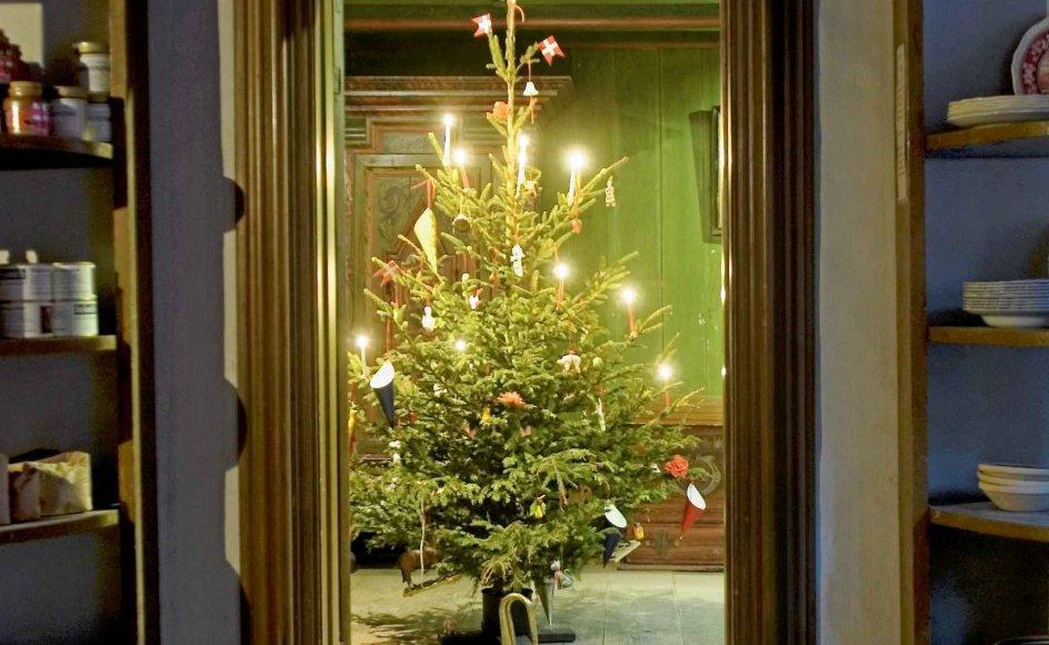Det har i mange, mange år været sådan, at juletræet først blev vist til gæsterne, når det blev tændt efter julemiddagen, hvilket krævede to stuer. Det gælder også billedet af det pyntede træ, hvor døren måske lige er blevet åbnet. I byen var det borgerskabet, der havde så meget plads, mens de på landet - selv på små gårde - altid havde en daglig- og en stadsstue. -