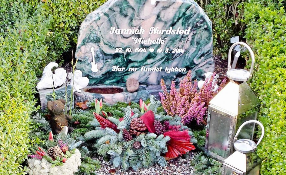 """Ved det aflange gravsted med engle og blomster står der på den sten, Casper Nordsted valgte til sin lillebror: Jannick Nordsted """"Michelle"""" har nu fundet lykken"""