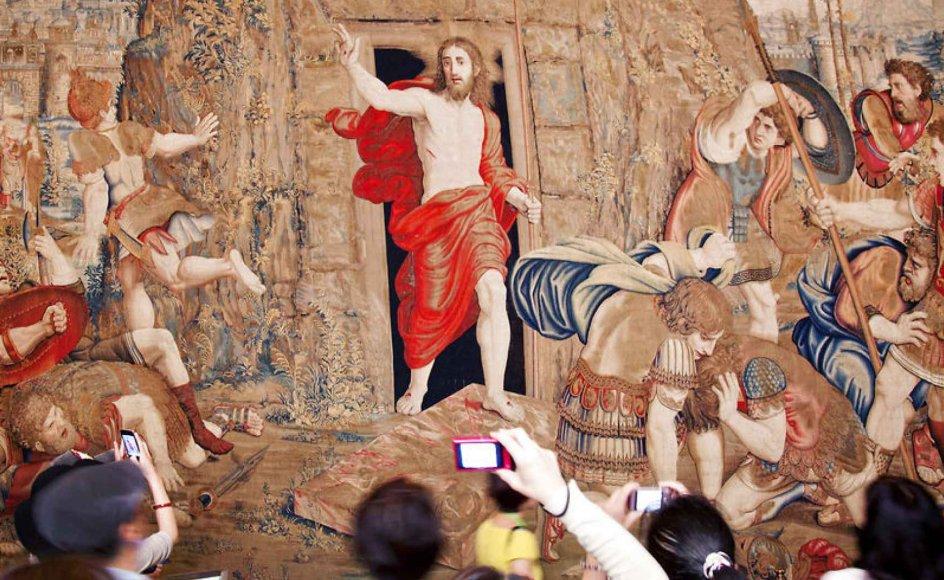 Japanske turister fotograferer Jesu opstandelse portrætteret på et vægtæppe fra middelalderen i Vatikanmuseet. Opstandelsen er en forudsætning for det kristne budskab, men hvordan opstandelsen præcist foregik, har til alle tider været et tolkningsspørgsmål, mener professor Niels Henrik Gregersen.