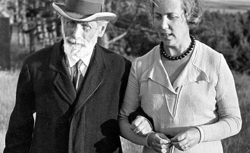Henrik Pontoppidan, her på spadseretur med sin datter Else (ukendt årstal), modtog Nobelprisen i litteratur i 1917 (sammen med K.A. Gjellerup). -