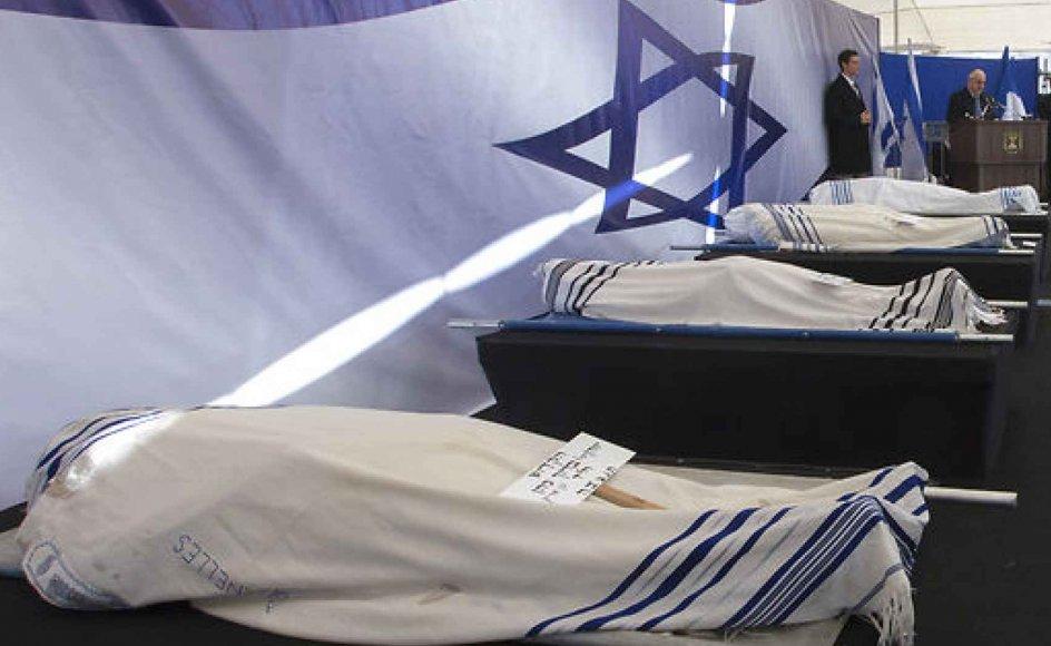 """Ligene af de dræbte blev svøbt i hvide tæpper båret ind på fire bårer på en scene foran flere tusinde overvejende unge og fransktalende israelere. """"Det var ikke sådan, vi ønskede at byde jer velkommen til Det Hellige Land,"""" sagde Israels præsident Reuven Rivlin."""