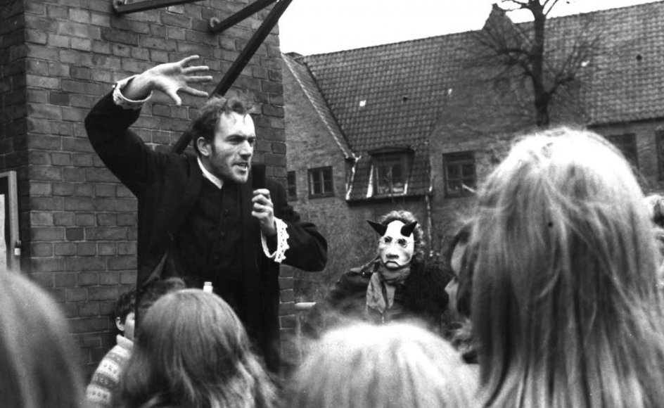 Erik Bock ved Hellig Kors Kirke på Nørrebro i København blev i 1974 fritaget for tjeneste efter uoverensstemmelser i menighedsrådet og holdt i stedet gudstjeneste på en ølkasse uden for kirken. KLIK PÅ PILEN FOR AT SE FLERE BILLEDER.