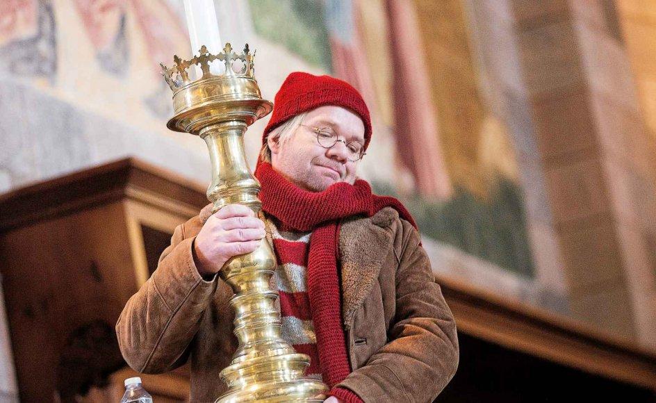 Lars Hjortshøj spiller julemanden Nicolas. Her er han på optagelse i Viborg Domkirke, hvor han sammen med pigen Emma og elverdrengen Rod er på jagt efter elverdronningens frosne hjerte.