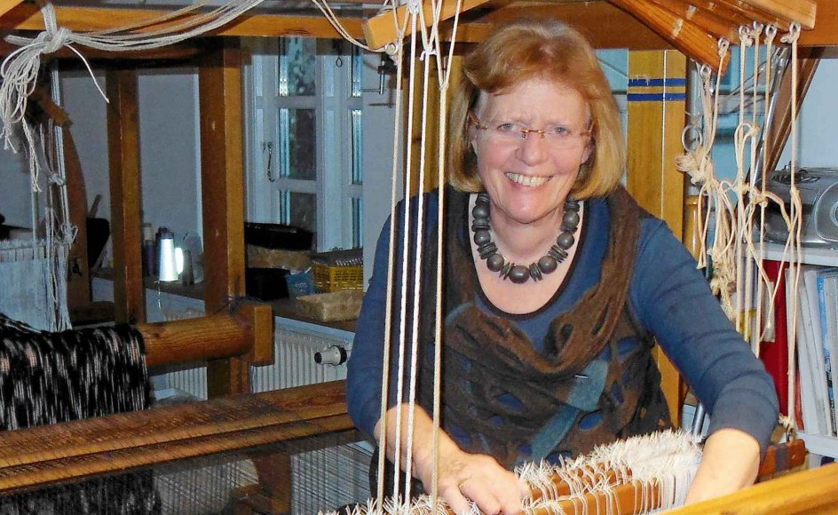 """De sidste 15 år har Lotte Dalgaard arbejdet med de """"magiske garner"""", som er overspundne garner, der skaber strukturerede stoffer. - Privatfoto."""