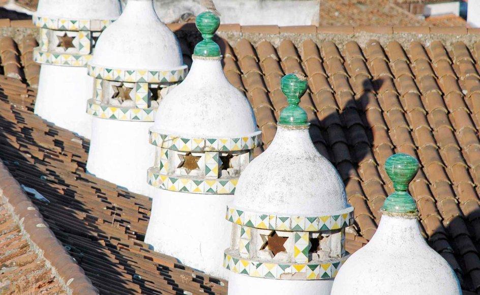 Klostrets skorstene er tydeligvis af arabisk oprindelse. En stor del af Spanien var under muslimsk herredømme i næsten otte århundreder, og det bærer byggestilen præg af selv i dag.