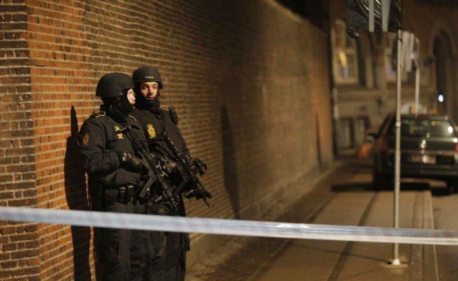 Efter skuddene i Krystalgade, hvor flere er ramt, er der bevæbnet politi i gaderne i Københavns indre by. Her Nørregade