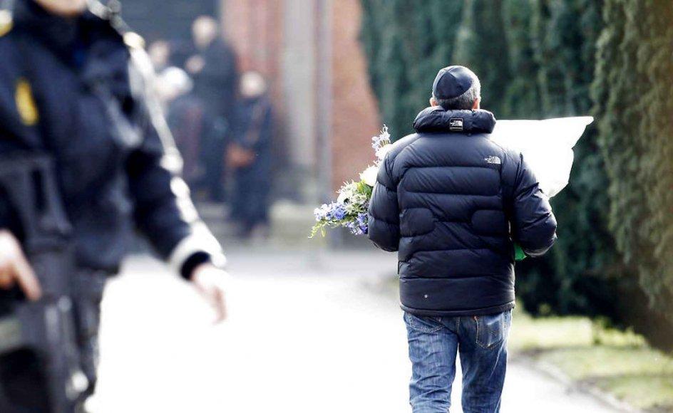 Bevæbnede betjente og finskytter var til stede ved begravelsen af Dan Uzan, det jødiske offer for angrebet sidste weekend. Spørgsmålet om sikkerhed for jøder har verseret siden drabet.