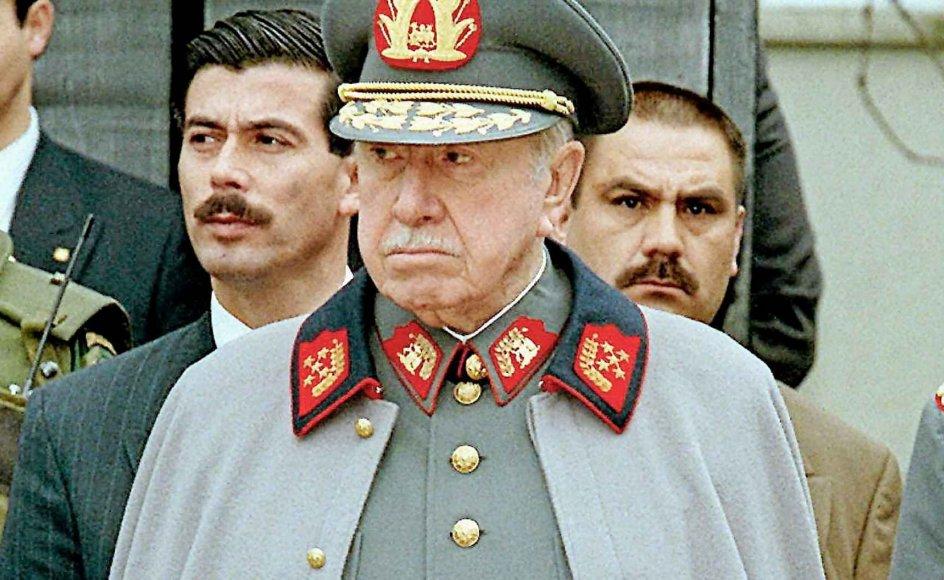 """Chiles diktator Augosto Pinochet kom til magten ved et kup i 1973. Den tidligere formand for den danske afdeling af World Anti-Communist League, Erik Dissing, gav i Det Fri Aktuelt den 18. september 1988 udtryk for sympati for Chiles diktator. """"Hvis man ser bort fra alle flosklerne, så er det en kendsgerning, at general Pinochet har været en lykke for Chile,"""" sagde Erik Dissing, der var medlem af kommunalbestyrelsen i Tårnby for De Konservative. Pinochet, der døde i 2006, gik af som præsident i 1990, men forblev øverstbefalede for hæren til 1998."""