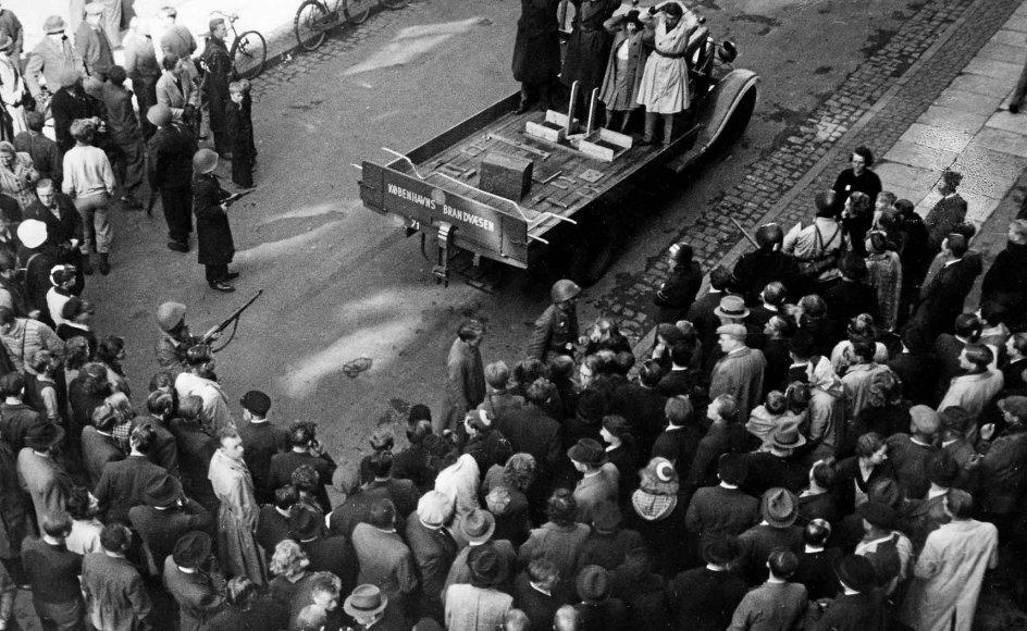 I tiden op til Befrielsen den 5. maj 1945 eskalerede antallet af stikker-likvideringer foretaget primært af modstandsgruppen Holger Danske. Dette foto stammer fra befrielsesdagen i København, hvor modstandsfolk har arresteret fem stikkere og stillet dem op på ladet af en lastbil. -