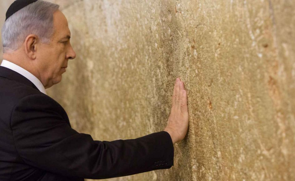 Benjamin Netanyahu beder ved Grædemuren i Jerusalem efter at være blevet genvalgt.