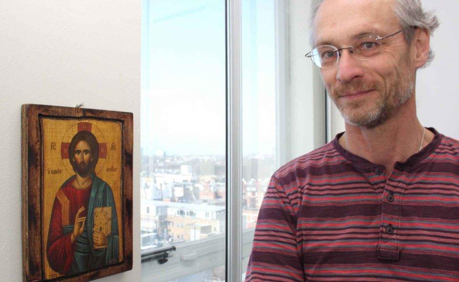 Professor Henrik Jeldtoft Jensen er naturvidenskabelig forsker, men er samtidig fascineret den ortodokse tro, som netop skelner mellem teologi og rationel videnskab. Det kommer også til udtryk i form af ikonen, der hænger på hans kontor.