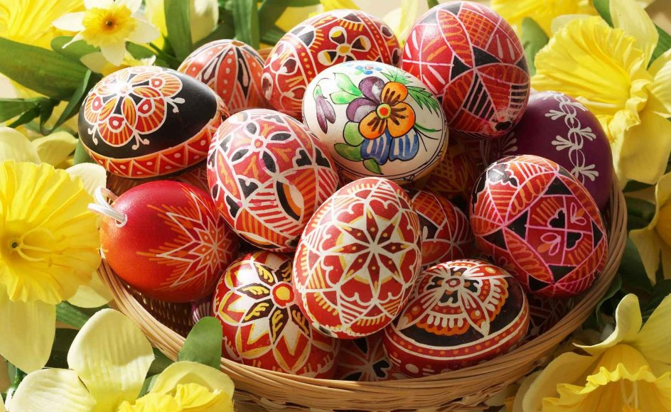 Æg blev tidligere brugt som gaver til tjenestefolkene. Ofte blev de kogt i for eksempel løgskaller, som giver æggene en flot gylden farve, og derefter poleret med flæskesvær for at få dem til at skinne.