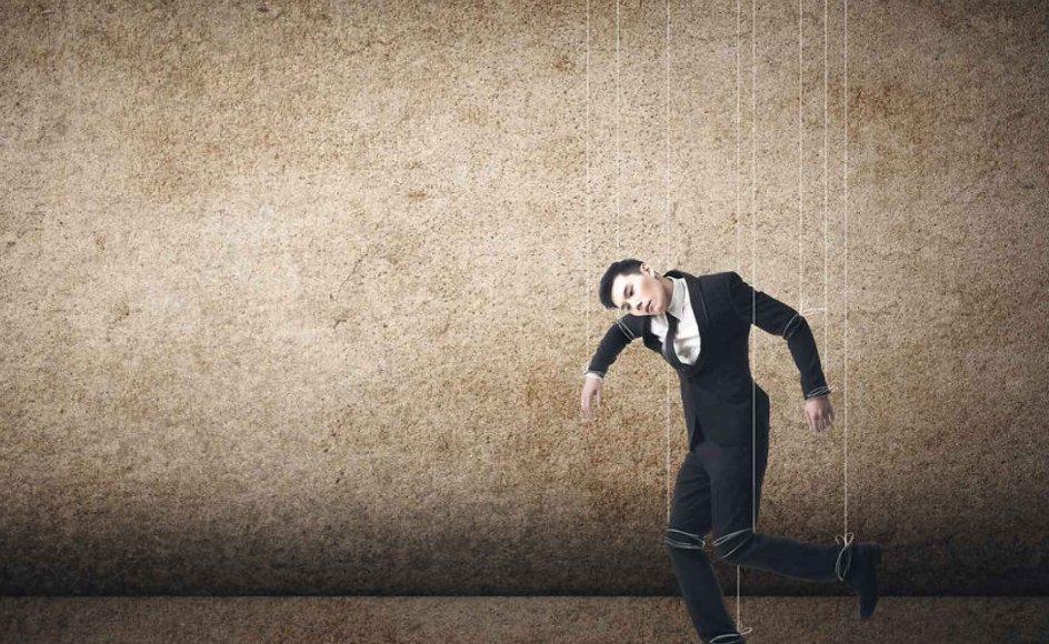 """Når du træffer komplekse beslutninger, konsulterer du dine følelser. Du erstatter spørgsmålet """"Hvad tænker jeg om det?"""" med spørgsmålet """"Hvad føler jeg ved det?"""" skriver Rolf Dobelli. Foto: Iris"""