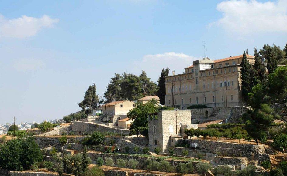 Cremisan-klosteret tæt ved Betlehem på Vestbredden slipper for at blive afskåret fra sine vinmarker af en høj, israelsk betonmur.
