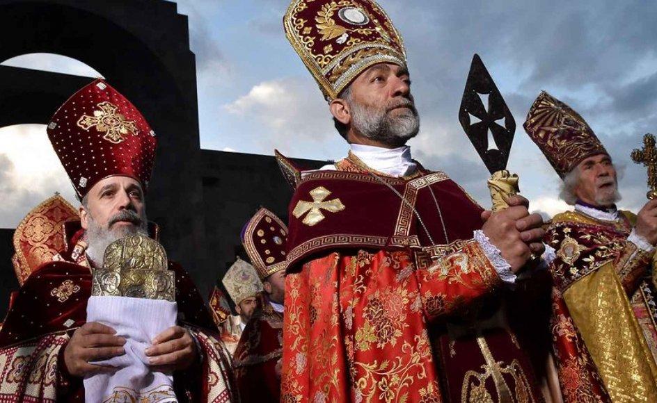 Præster deltager i helgenkåringsceremonien uden for Echmiadzin-katedralen. Se flere billeder ved at klikke på pilen i billedet.
