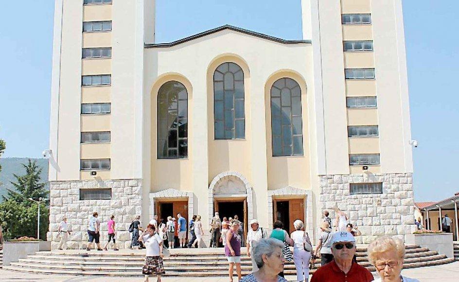 Dagligt holdes der flere gudstjenester i kirken i Medjugorje, og pilgrimme fra hele verden samles her.