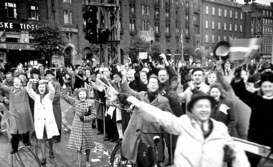 Søndag den 4. maj markeres det, at der er gået 74 år siden den aften, da frihedsbudskabet lød fra London. Her ses Rådhuspladsen i København for 74 år siden.