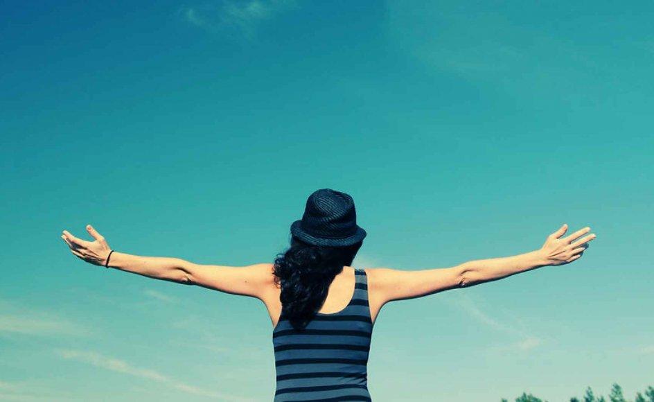 Jo mere selvfokuserede vi er, desto flere symptomer i form af stress, angst og depression får vi. Indadvendtheden og det konstante fokus på os selv dræner os simpelthen for energi og underminerer vores selvværd, skriver to psykologer. Så kom ud af dit eget hoved, lyder deres råd.