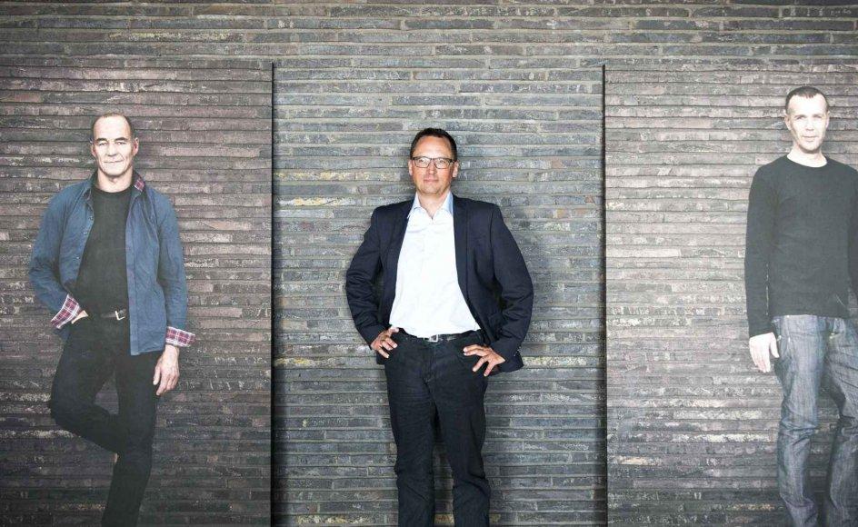 """""""Kunsten skal ikke være målet, men midlet til en oplevelse, mener Det Kongelige Teaters Direktør, Morten Hesseldahl, her flankeret af fotostater af skuespillerne Henrik Jandorf (tv.) og Morten Suurballe."""