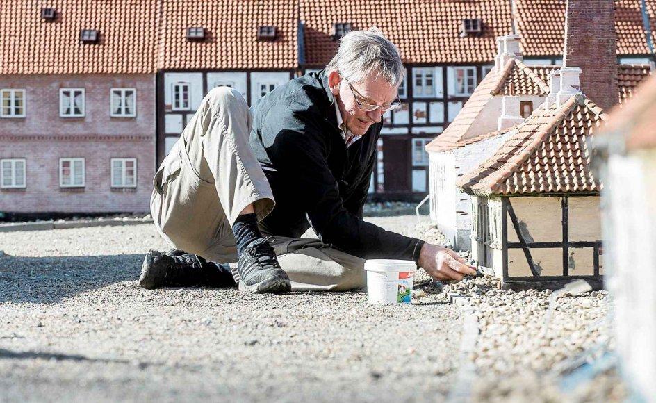 Ole Nielsen er en af de mange frivillige koldingensere, der arbejder på at etablere Kolding Miniby. Minibyen gengiver livet i Kolding, som det tog sig ud i perioden 1860-1870 i miniatureudgave.
