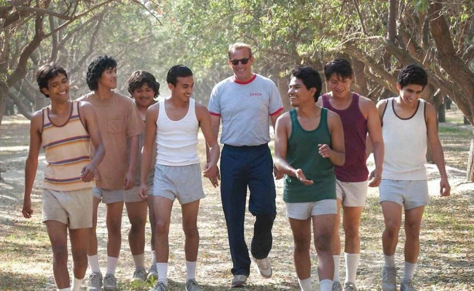 """""""Filmens hovedperson spilles suverænt af Kevin Costner (i midten), der her viser sit format,"""" skriver Kristeligt Dagblads filmanmelder."""