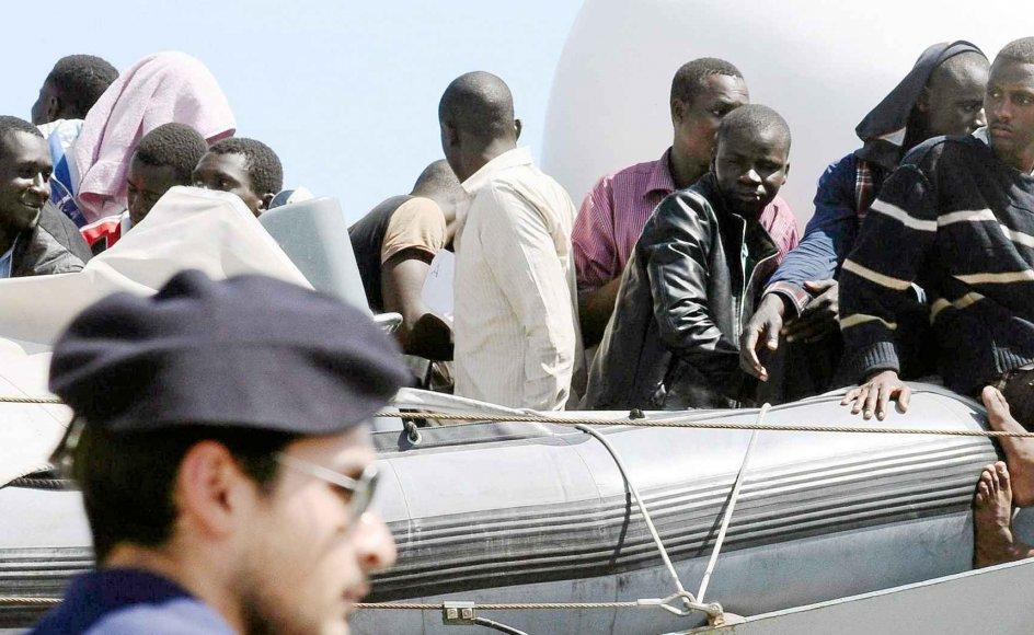 Italien er et af de europæiske lande, der indtil videre har modtaget flest bådflygtninge. De flygtninge har Danmark som medlem af EU et ansvar for at hjælpe med, skriver dagens debattør. Her er en række flygtninge ankommet til Sicilien.