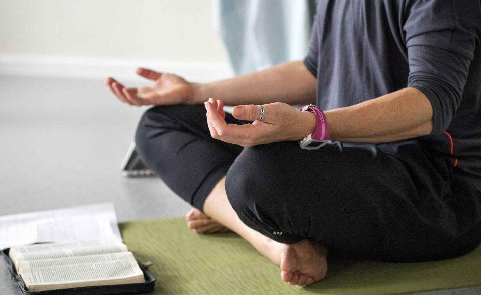Yogainstruktør og sociolog Rie Skårhøj indleder lektionen med at læse et par vers fra Det Gamle Testamente. Hun har uddannet sig som instruktør gennem Yogafaith, som er et amerikansk koncept. Klik på pilene i billedet for at se flere billeder