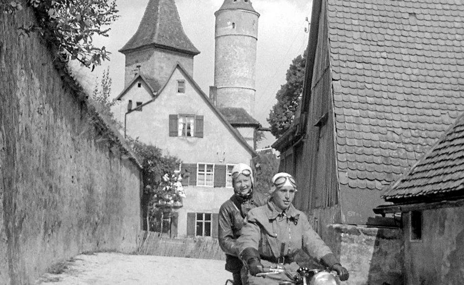 I sommeren 1937 opnåede den amerikanske dokumentarist Julien Bryan uventet tilladelse til at rejse til Tyskland, og han rejste landet tyndt og filmede folk og landskaber.