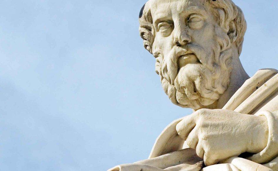 Det er, fordi oldtidens filosoffer byggede videre på hinandens viden, fordi de skabte en intellektuel tradition, at de ikke blot bevægede sig tilfældigt fremefter, men skabte en tradition, der frembragte en dybere indsigt i tilværelsen, sådan som den kulminerede hos forskere og filosoffer som Platon (billedet), Aristoteles og Plotin.