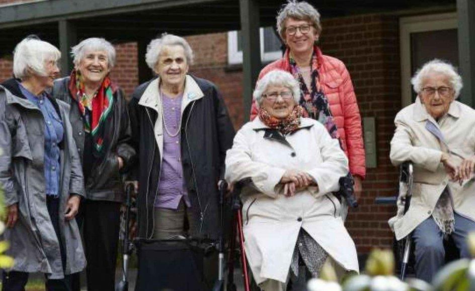 En gruppe ældre kvinder mødes hver onsdag i Aarhus og fortæller deres livshistorier til hinanden. Fra venstre ses Erna Jensen, Villi Plöen Thomsen, Edith Madsen, Anelise Madsen, Ellen Skov Birk (frivillig tovholder for gruppen) og Inger Jensen.