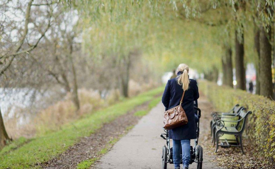 Selvom 60'ernes kvindebevægelse er historie, og de politiske partier i Danmark har ligestilling relativt lavt på dagsordenen, så lever de feministiske holdninger fra dengang videre blandt mange kvinder. Arkivfoto af kvinde med barnevogn ved Søerne i København.