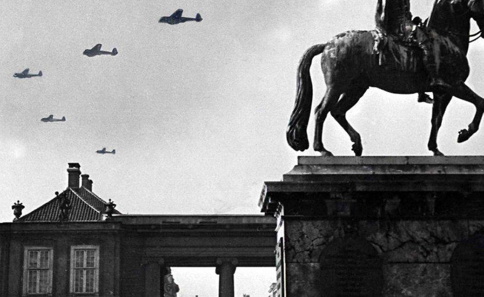 """""""Turen går til besættelsestidens København"""" tager det klassiske rejsebogskoncept fra Politikens Forlag op på kreativ vis. Her ses tyske fly over Amalienborg i København den 9. april i 1940."""