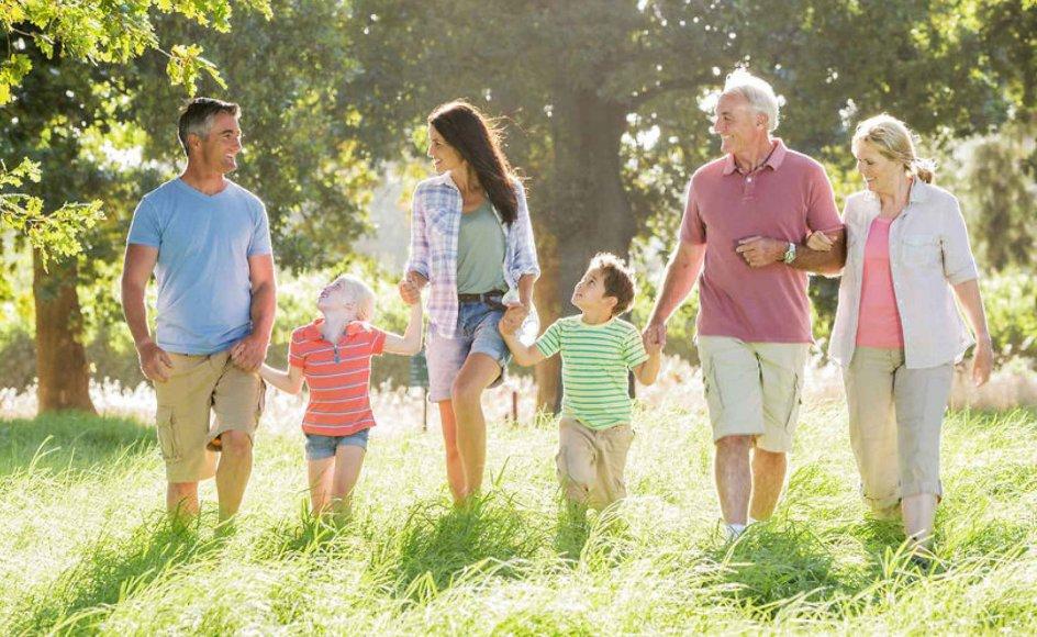 Mange mennesker har familiære relationer, hvor de sidder fast i gamle barndomsmønstre, og derved ikke er tro over for sig selv, mener psykolog Kisser Paludan. Hun skriver i en ny bog, at der kan være mange grunde til, at vi ikke udtrykker os, når det er svært, men for de flestes vedkommende skyldes det en ubevidst frygt for ikke at blive elsket.