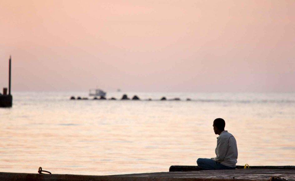 Eksistentielt set har mennesket ikke godt af at være alene. Ensomhed er sygdomsfremkaldende i et omfang, der svarer til rygning og fysisk inaktivitet. På billedet ses en ung mand i egne tanker ved havet. -