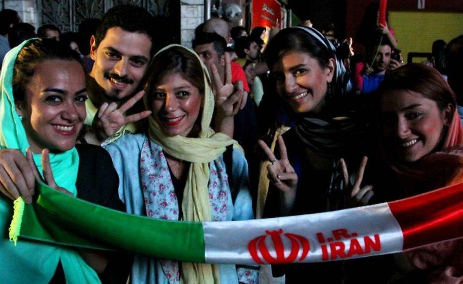 Aftalen vil blandt andet gøre atomspredning i Mellemøsten mindre sandsynlig og samtidig styrke ikke sprednings-traktaten på verdensplan, vurderer tænketanks-direktør. Her fejrer iranere atomaftalen i Teheran.
