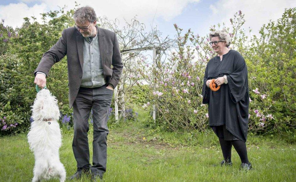 Charlotte Sahl-Madsen og Jens Overgaard Christensen opfatter det som en luksus at bo i Vestjylland. Her ses de i haven ved deres hus i Staby