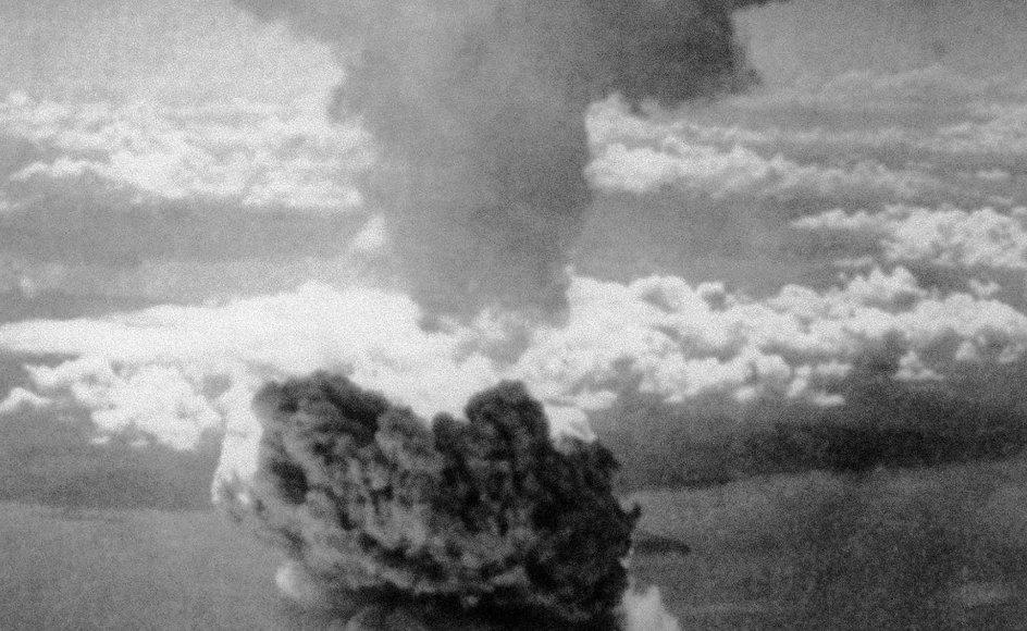 Tidligt om morgenen den 6. august 1945 blev den japanske millionby Hiroshima ramt af en atombombe. Klik på pilene i billedet for at se to japanere, som var til stede.